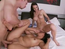 Jennifer Dark and hard cocked dude have a fun oral-job sex